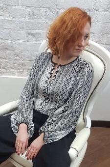 Черно-белая блузка с широкими рукавами