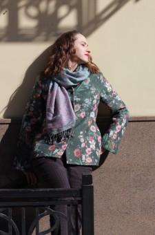 Зеленое пальто с цветами