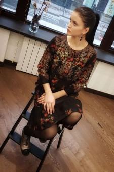Черное шерстяное платье с алыми розами