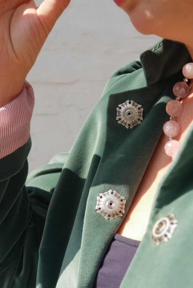 женский бархатный пиджак зеленого цвета