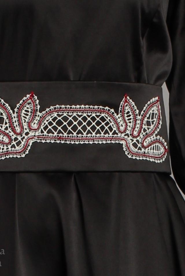 Длинное черное платье с поясом