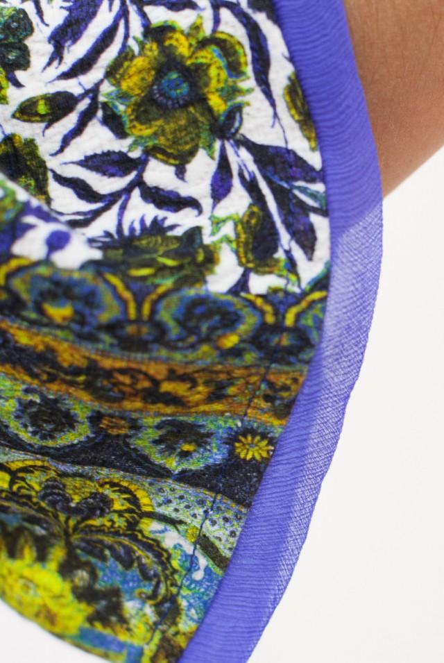 Яркое платье с цветочным рисунком