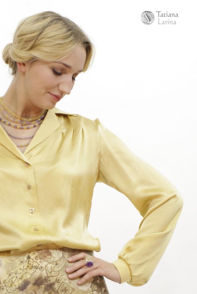 Атласная блузка светлого цвета