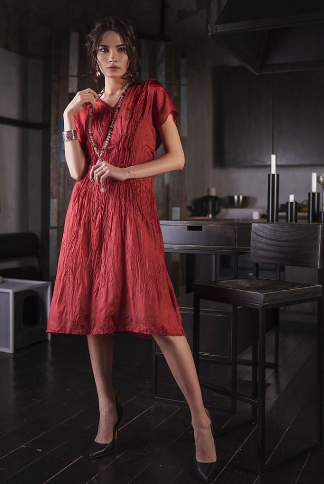красное платье из шелка