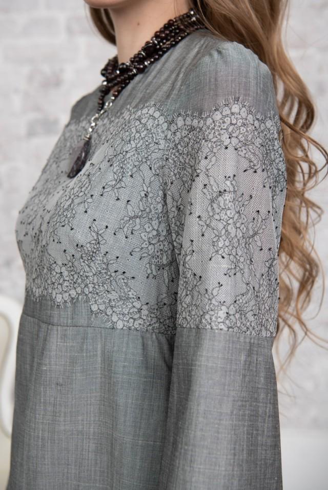 серое платье из шелка с кружевом