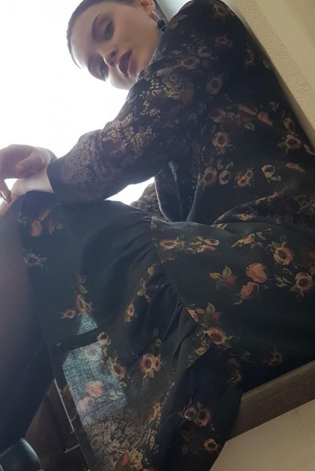 коричневое платье миди с воланом