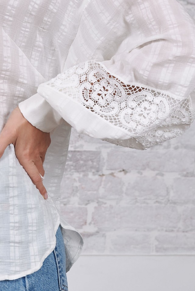 белая блузка с пышным рукавом